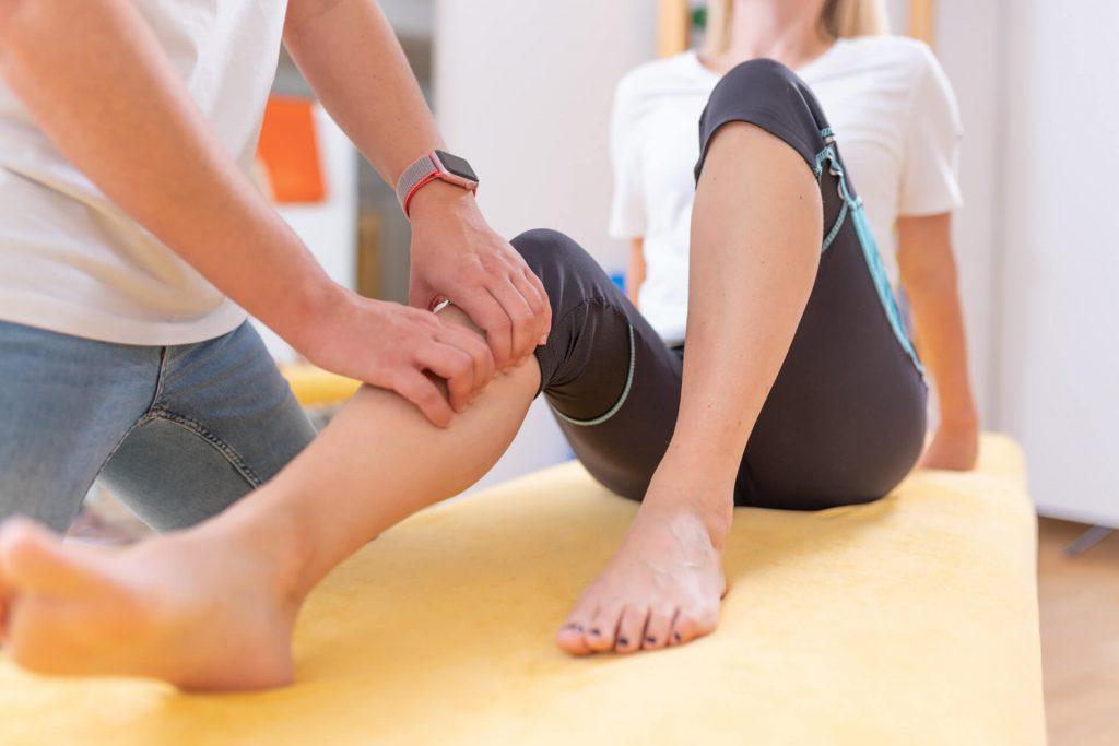 Behandlung bei Knieschmerzen, Verletzungen beim Sport mit Physiotherapie und Krankengymnastik im Therapiezentrum Lich