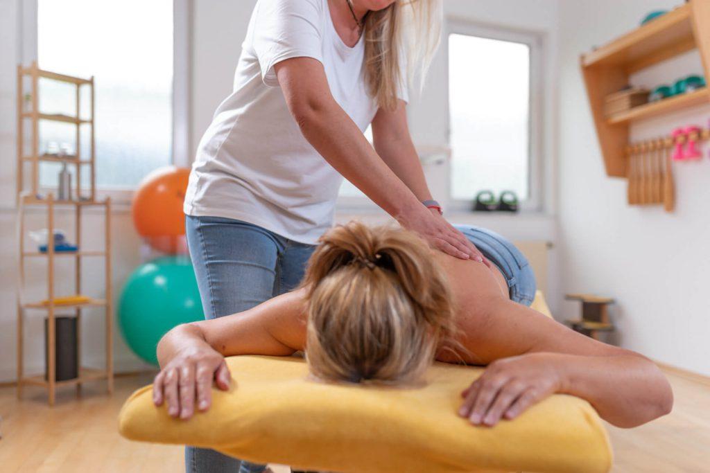 Manuelle Massage bei Verspannungen, Rückenschmerzen und Nackenschmerzen